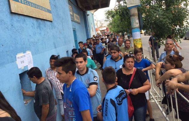 Hinchas ''piratas'' en barrio Alberdi esperan para comprar sus entradas.
