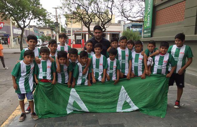 Los chicos de Ampliación Altamira, posando con sus nuevas remeras.