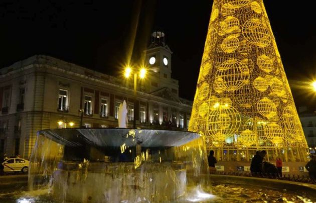 En Madrid, la Puerta del Sol con su clásico árbol. (Foto: Secretos de Madrid)