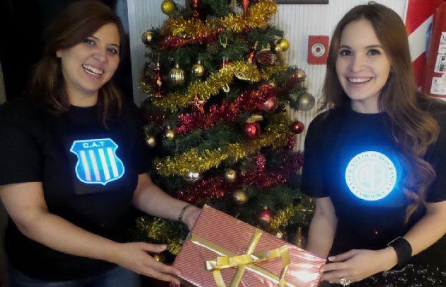 Geo y Agus festejan Navidad con dos remeras lumínicas