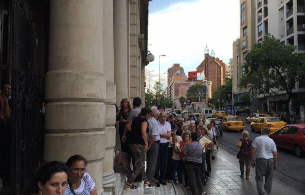 Decenas de personas ingresaron al Teatro del Libertador por el nuevo libro de Rony.