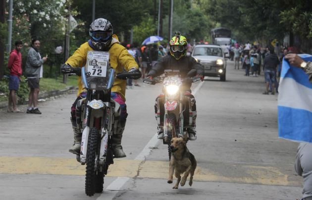 A pesar de la lluvia, muchos espectadores salieron para ver a los competidores.