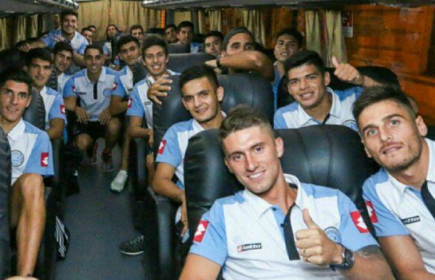 El plantel celeste rumbo a Necochea (Foto: @Belgrano)