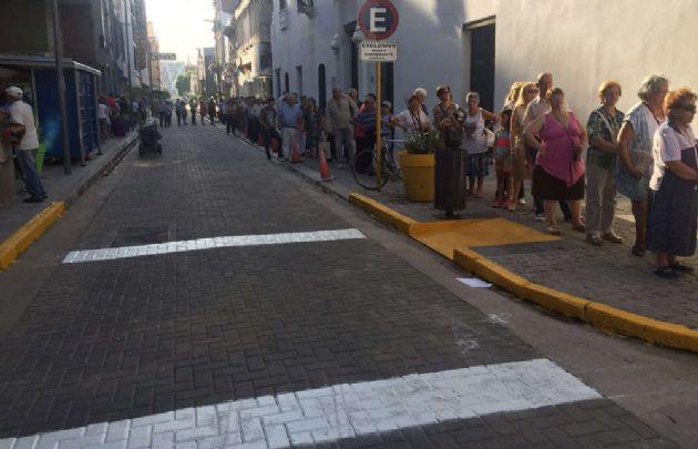 La cola comenzaba en San Jerónimo, seguía por Ituzaingó y por Rosario de Santa Fe.