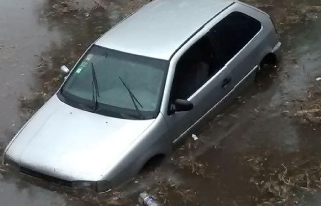Un Gol es llevado por el agua bajo el puente Sarmiento en la Costanera.