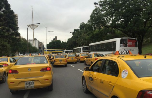 La bajada de bandera de taxis y remises tendría un aumento (Foto: Archivo)