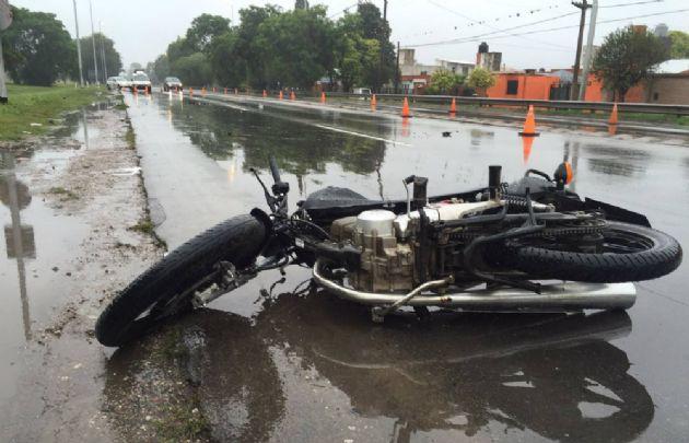 La motocicleta perdió el control y embistió a los jóvenes en la Cárcano.