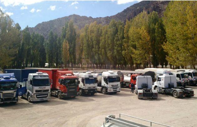 Ya son 2000 los camiones varados en Uspallata (Foto: Miguel Pelaytay)