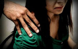 El profesor está acusado de abusar de la niña en el baño (Foto ilustrativa)