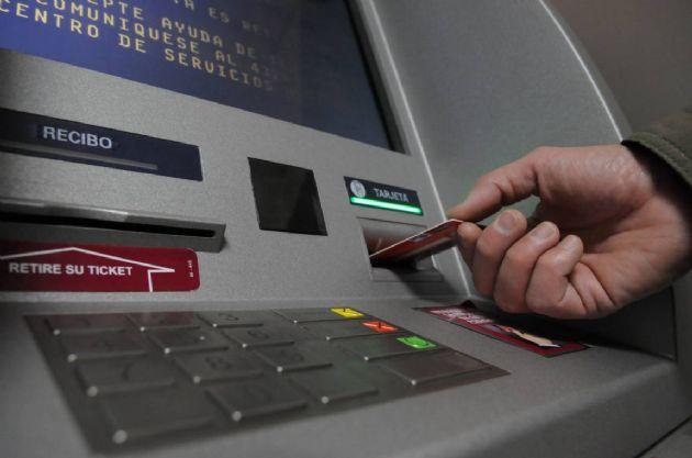 Podría escasear el dinero en los cajeros automáticos por el paro bancario.