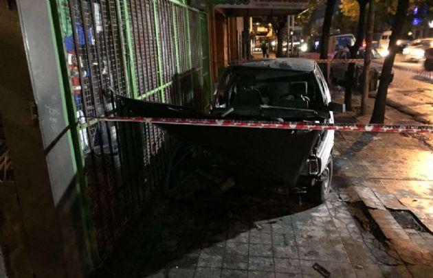 El auto se estrelló contra el frente de una ferretería.
