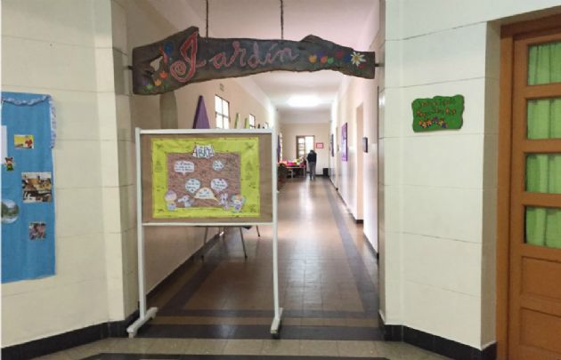Los pasillos de la escuela Roque Sáenz Peña están vacíos esta mañana.