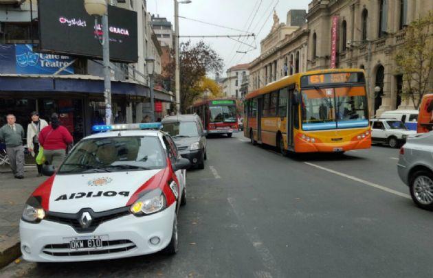 Los colectivos circulan con custodia policial.