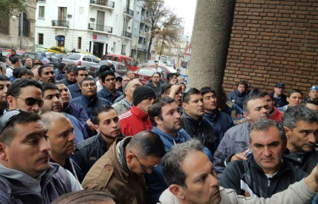 Protesta de choferes en la sede de UTA.