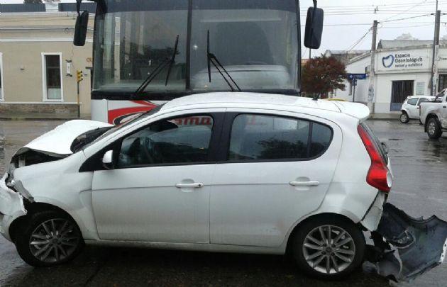 El micro impactó a tres automóviles.
