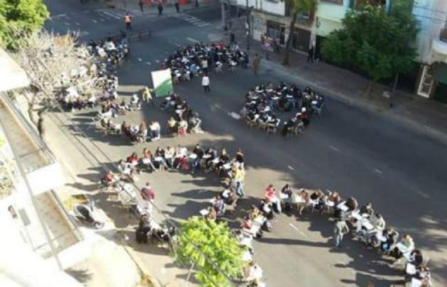 Se realizaron clases en la calle en todo el país como protesta (Foto: @Gabycasla)
