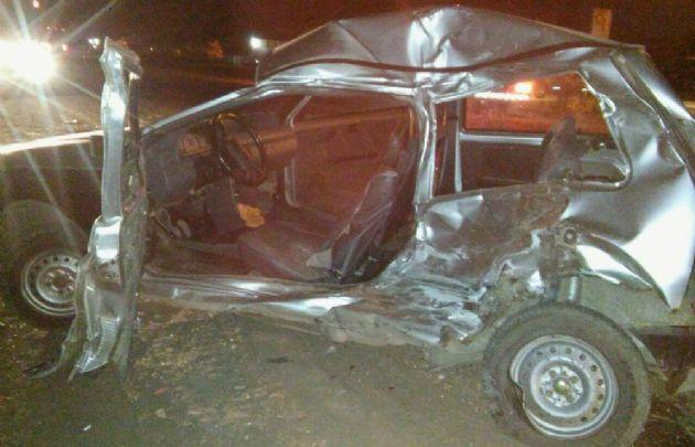 El Fiat Uno colisionó con el colectivo y su conductor resultó herido.
