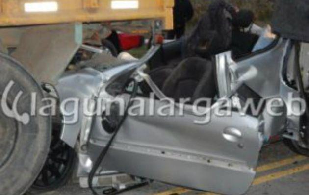 El Peugeot quedó destrozado tras la colisión (Foto: Laguna Larga Web)