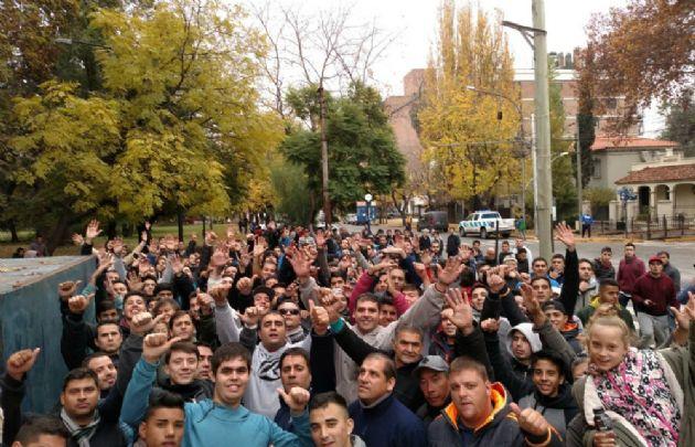 Los hinchas de Talleres en la puerta del estadio Juan Bautista Gargantini.