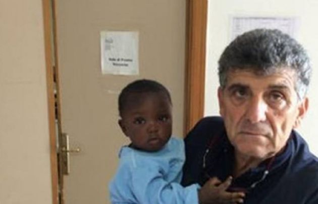 La beba y el médico que la atendió, Pietro Bartolo (Foto: Ansa).
