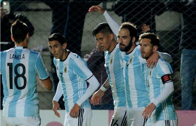 Higuaín festeja su gol junto a Messi, Rojo, Di María y Lamela.