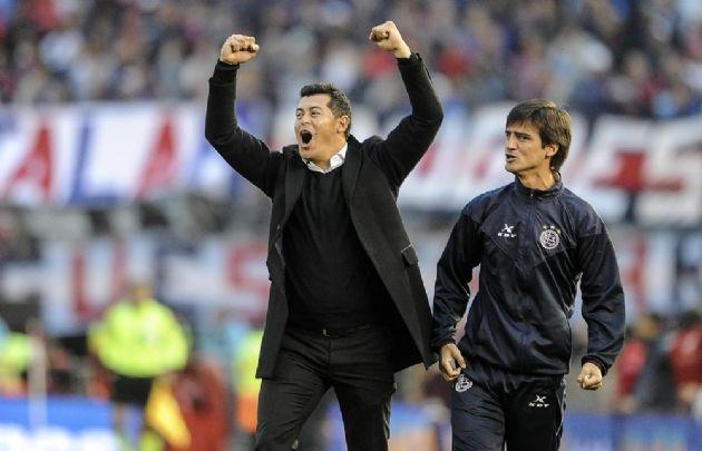 El técnico del ''Granate'', Jorge Almirón, celebra el campeonato.