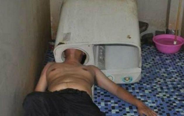 Un hombre rescatado después de meter su cabeza en una lavadora en el este de China.
