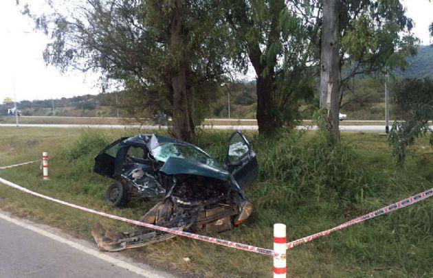 El Ford Ka terminó destruido al costado de la ruta.
