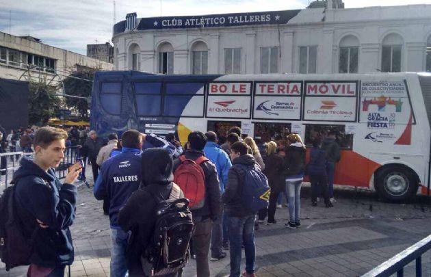 Filas de 300 metros en la plaza San Martín para comprar los tickets para Talleres.