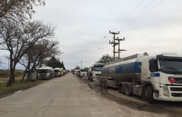 Los camiones de YPF se agolpan en la planta de Monte Cristo.