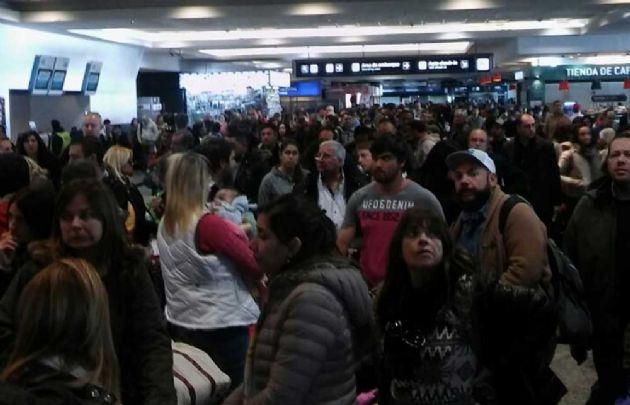 Caos en Aeroparque por las cancelaciones de todos los vuelos.