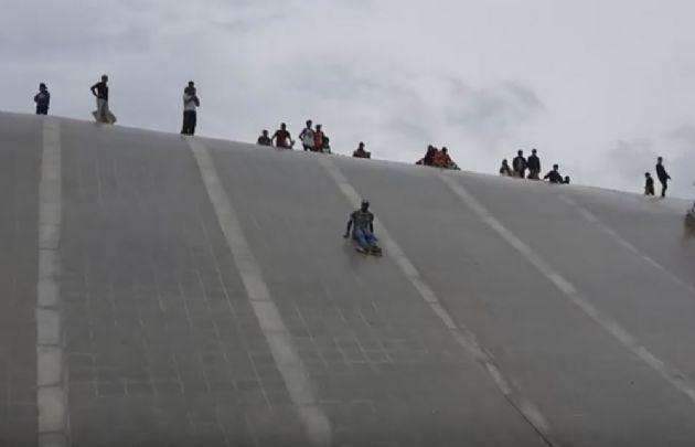 El culipatín, una peligrosa práctica en el techo del Centro Cultural (Foto: Archivo)