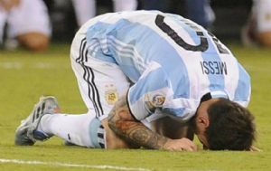 Messi, desconsolado tras perder otra final con Argentina.