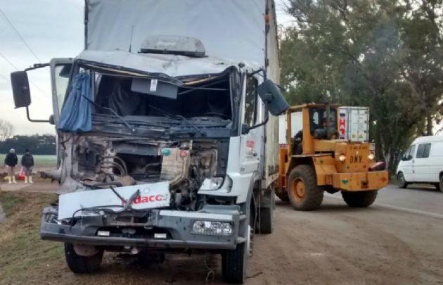 Uno de los camiones quedó en la banquina, el otro sobre la ruta.