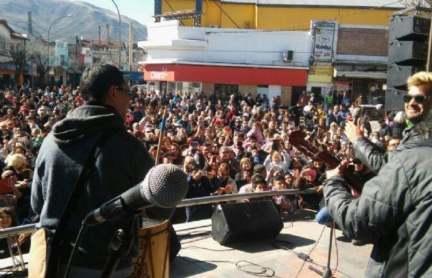 Una multitud en La Falda con Juntos y Los Nocheros.