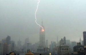 El Empire State fue alcanzado por un rayo.