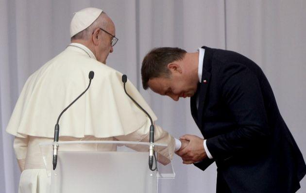 El presidente polaco, Andrzej Duda, hace una reverencia a Francisco.