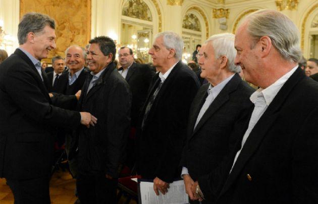 El Presidente saluda a gremialistas en la Rosada. No estuvieron Moyano y Barrionuevo.