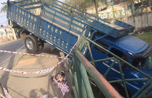 El conductor de un camión salvó su vida de milagro.