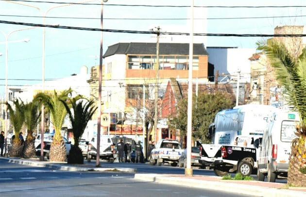Tensión en Olavarría por un oficial penitenciario atrincherado (En Línea Noticias).