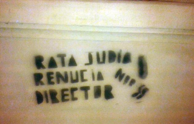 Pintadas antisemitas contra el director de la escuela Juan Bautista Bustos.
