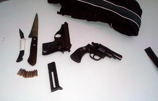 Las armas fueron encontradas en las mochilas de los menores (El Tribuno).