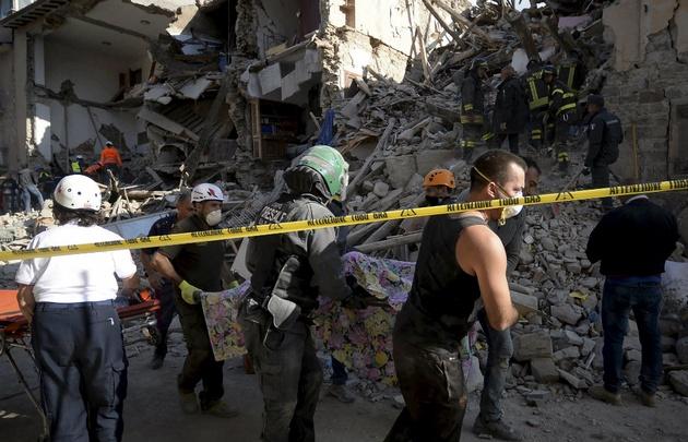 Crece con el paso de las horas el número de muertos por el terremoto.