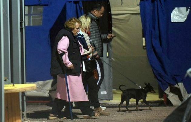 Muchas personas afectadas pasaron la noche en carpas y refugios.