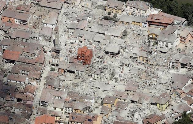 Sólo un edificio nuevo en pie, símbolo de la destrucción en Amatrice.