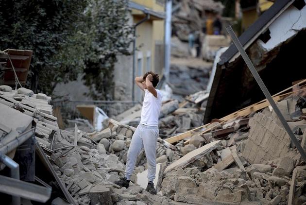 Un joven se toma la cabeza, no puede creer: todo a su alrededor es escombros.