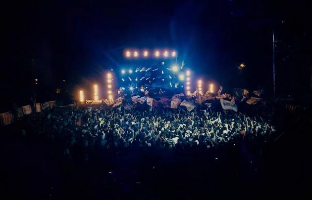 """La 25 entra al #HitParade con su versión en vivo de """"Mil canciones""""."""