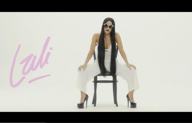 Una de las transformaciones de Lali en su nuevo video.