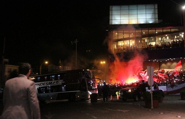 El plantel de River llegó a Córdoba y recibió el cariño de los hinchas.