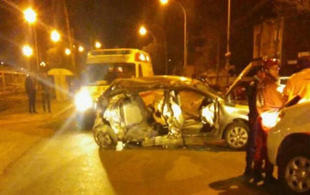 El vehículo dio varios tumbos y se estrelló contra un poste.